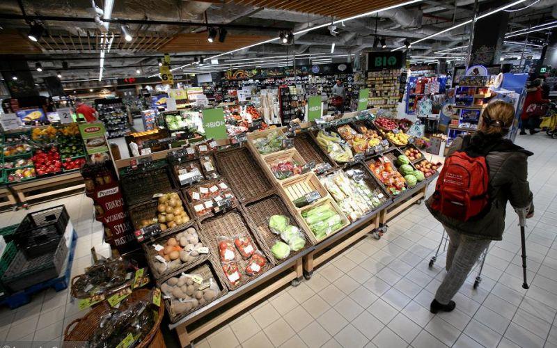 Nowe zalecenia dla sklepów: nie dawać przebierać w bułkach, chować nieopakowany chleb. Czy można już kupić cebulę i ziemniaki?